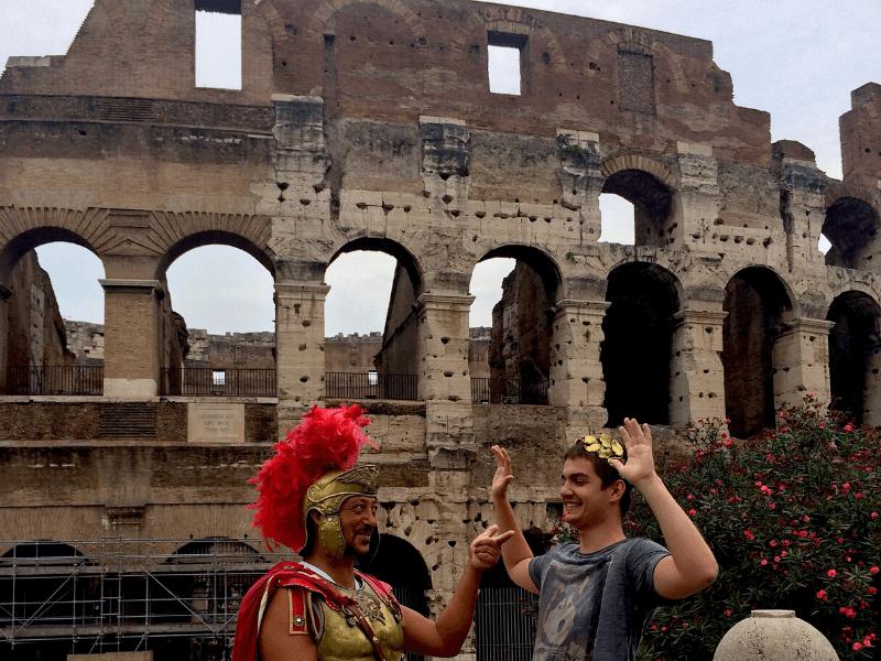 Převlečený gladiátor před Koloseem