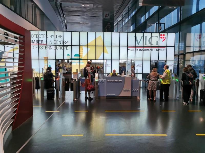 Kontrola boarding passu na letišti ve Vídni.