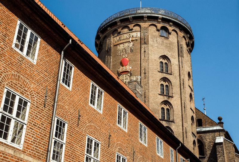 Kulatá věž uprostřed města.