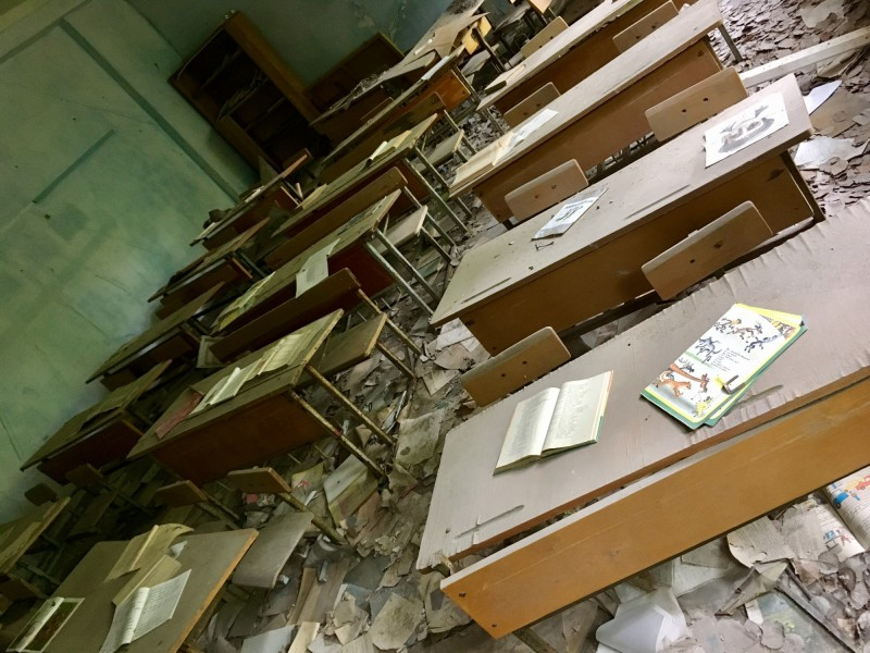 Opuštěné lavice ve škole v Pripjati