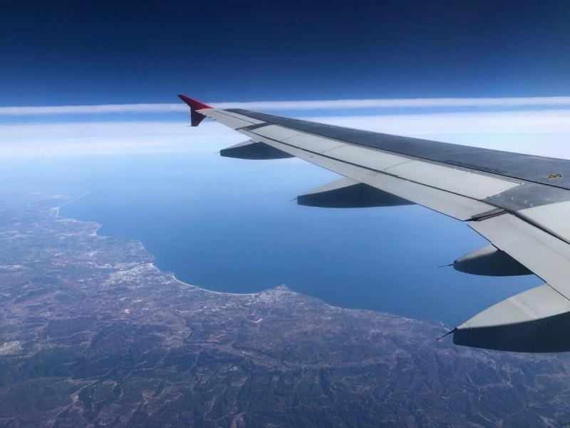 Výhled z letadla na pobřeží.