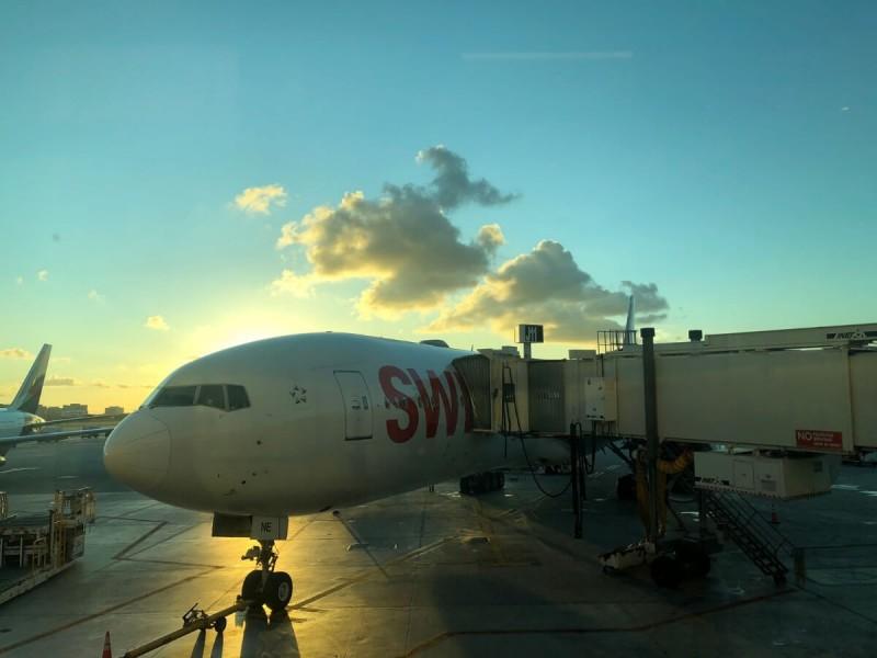 Západ slunce a letadlo na letišti.