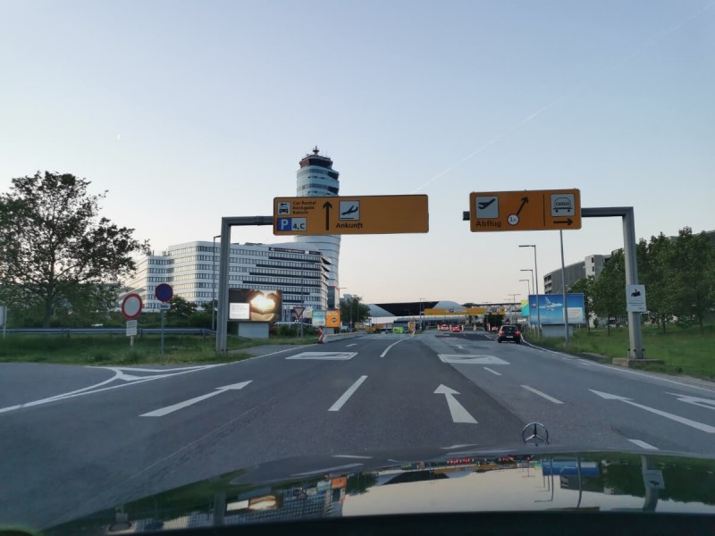 Příjezd autem na letiště ve Vídni.