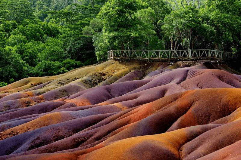 Vícebarevné pískové útvary v oblasti Chamarel