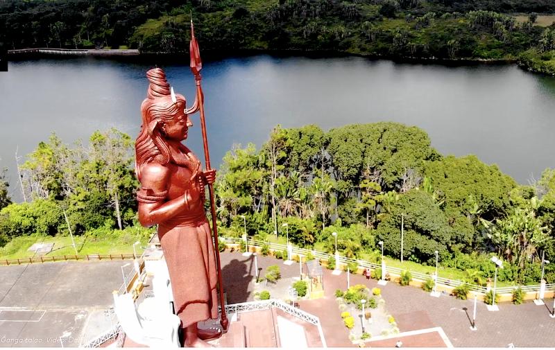 Pohled na jezero se sochou Shivy.