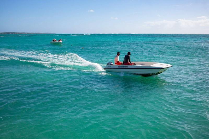 Plavba na člunu na tyrkysovém moři.