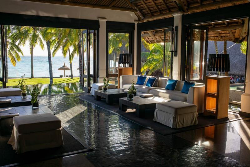 Lobby hotelu s výhledem na pláž