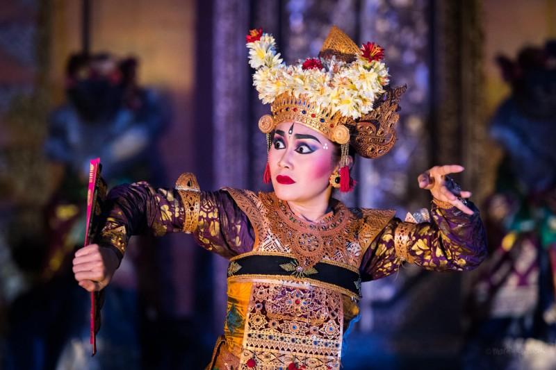 Mimika obličeje a postavení rukou jsou důležitou částí tance