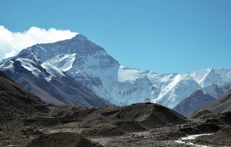 Výhled na Mount Everest ze základního tábora v Tibetu