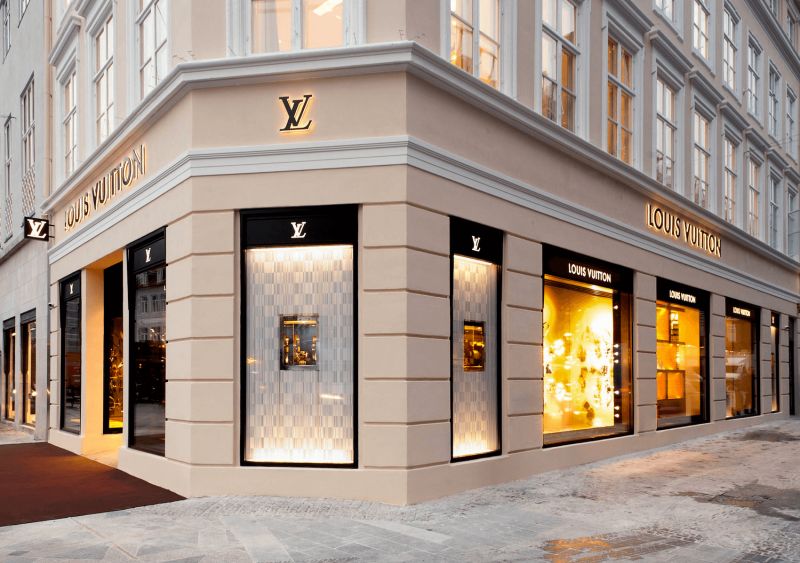 Nákupní ulice Strøget a luxusní obchod Louis Vuitton.