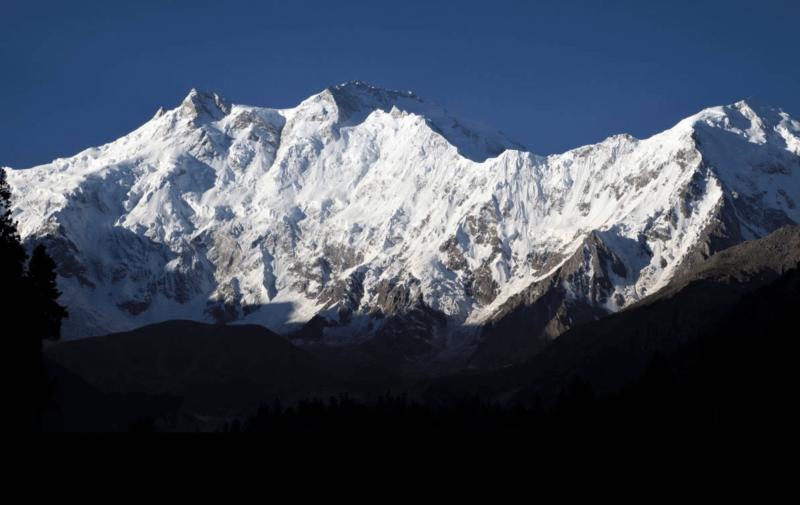 Ranní sluneční paprsky na vrchu Nanga Parbat