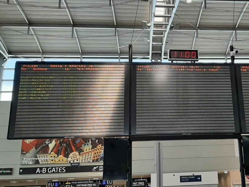 Hlavní tabule odletů v terminálu 1 v Praze.