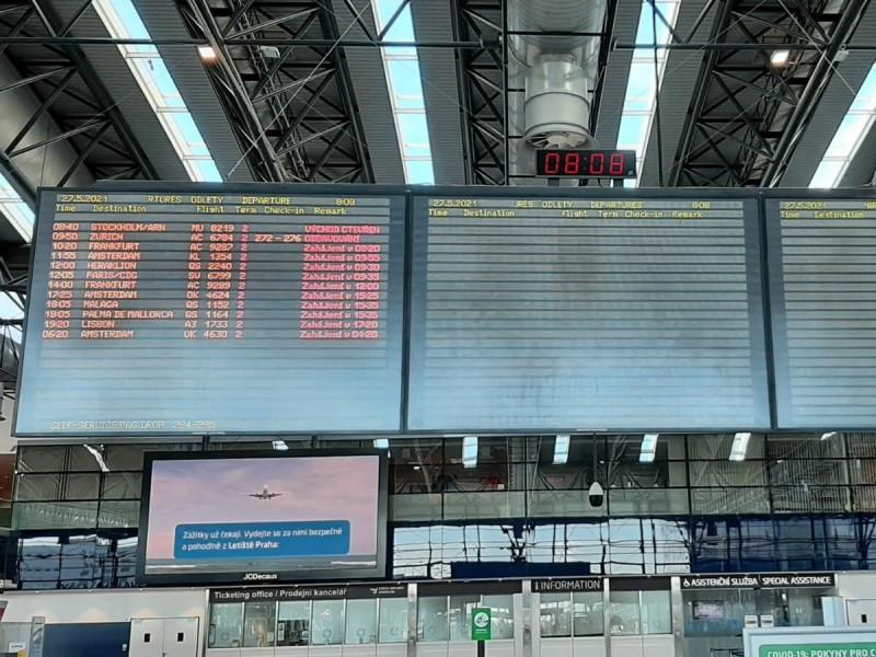Hlavní tabule odletů v terminálu 2 v Praze.