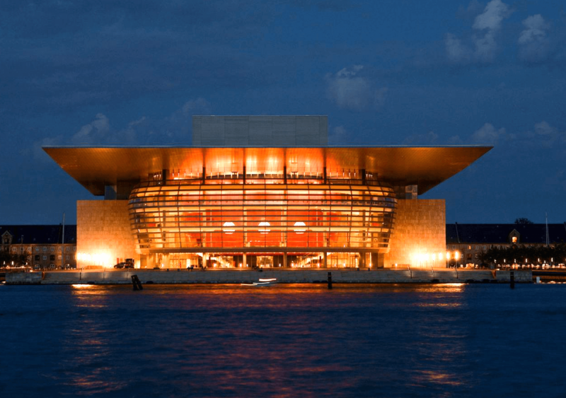 Kodaňská opera v noci.