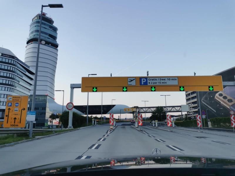 Vstup na parkoviště letiště Vídeň.