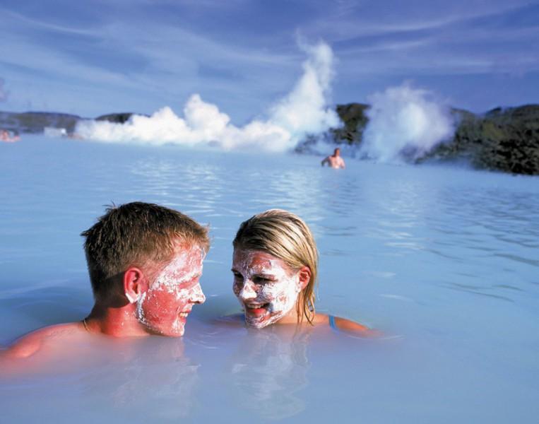 Koupání v Modré laguně na Islandu