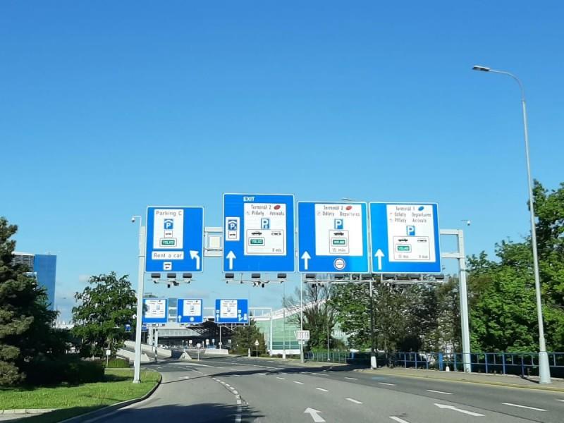 Příjezd autem na letiště v Praze.