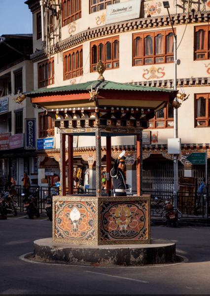 Řízení dopravy z budky na silnici v Bhútánu