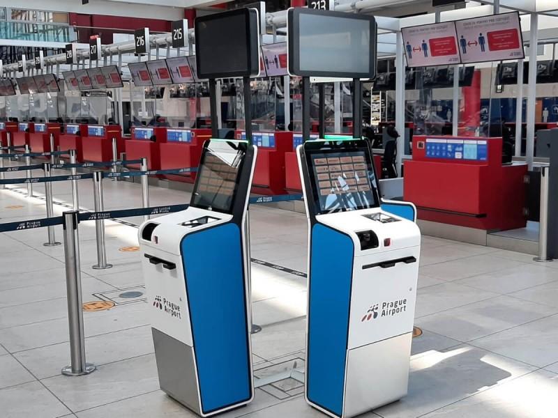 Samoobslužné automaty v terminálu 2 v Praze.