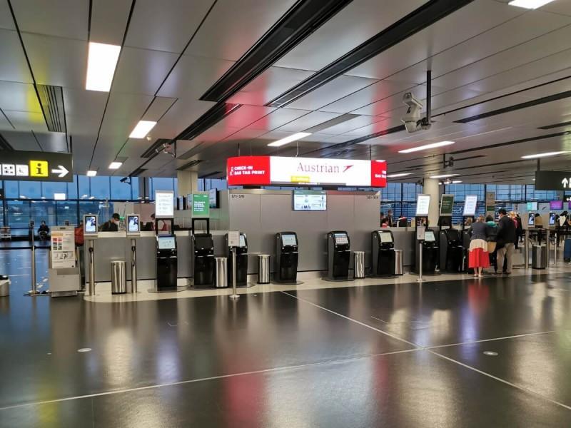 Samoobslužné automaty na letišti Vídeň.