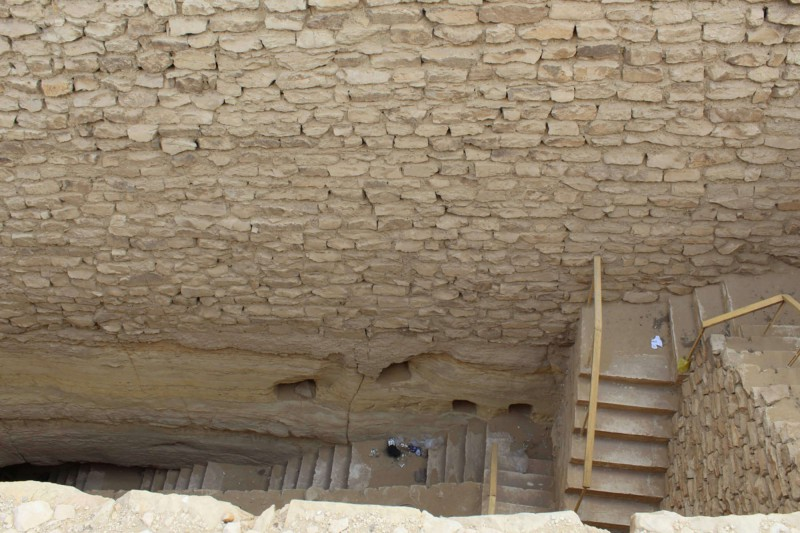 Schody pod povrchem stupňovité pyramidy