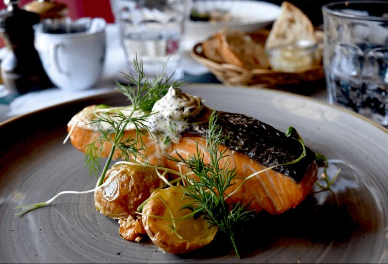 Skandinávská kuchyně v Cap Horn - losos s bramborami.