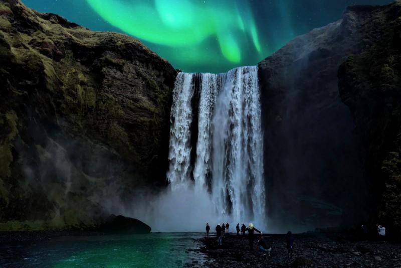 Polární záře nad vodopádem Skógafoss, Island