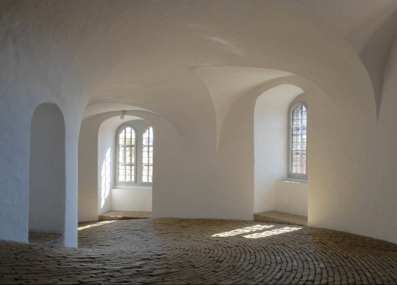 Spirálovitý výstup v interiéru Kulaté věže v Kodani.