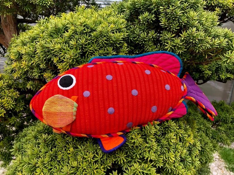 Suvenýr ve tvaru červené rybičky