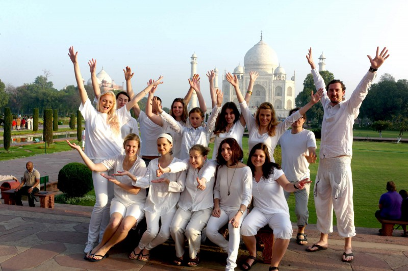 Skupinová fotka před Tádž Mahalem