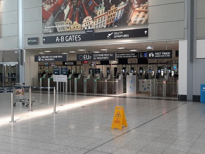 Pasová kontrola v terminálu 1 v Praze.