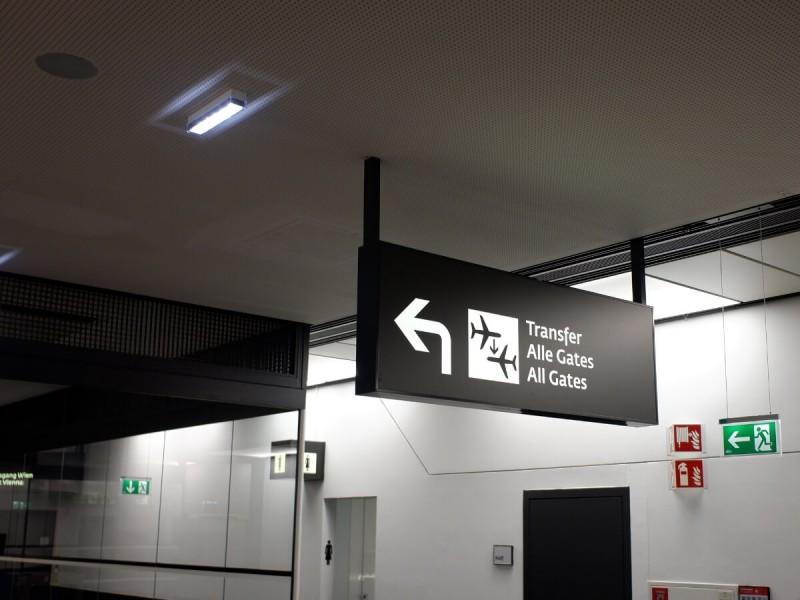Směrová tabule na transfer na letišti Vídeň.
