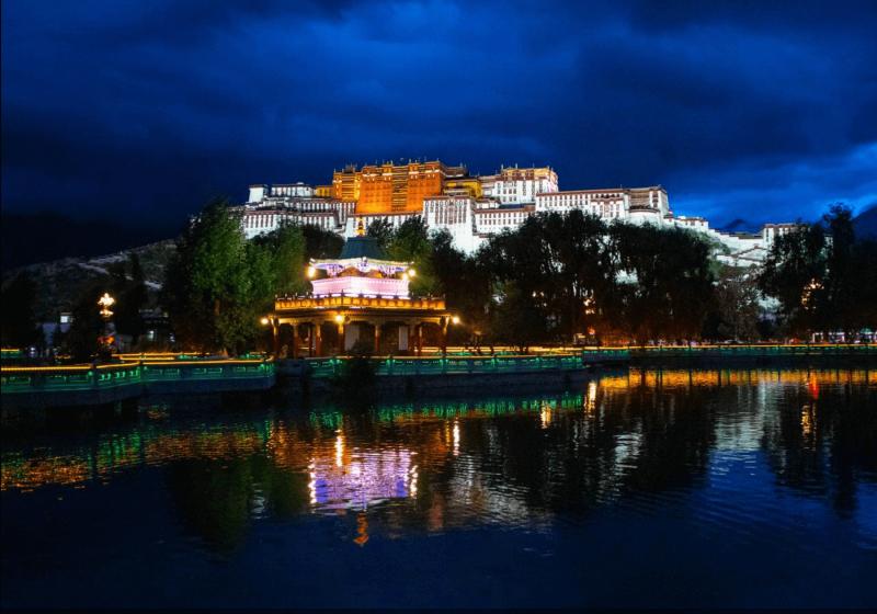 Večerní pohled na osvětlený palác Potála