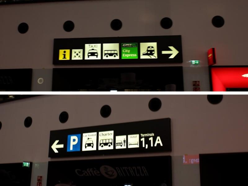 Směrové tabule na různé druhy dopravy na letišti Vídeň.