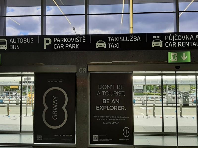 Východ z terminálu 1 na letišti v Praze.