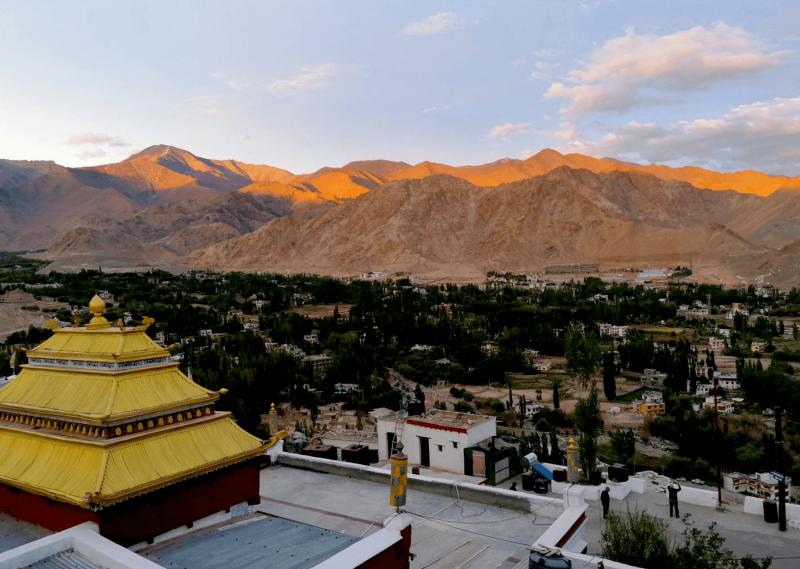 Sledování západu slunce nad městem Leh z kopce, kde se nachází Shanti stupa