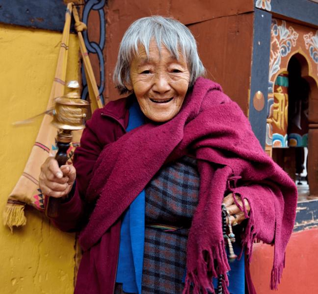 Usmívající se starší žena v Bhútánu