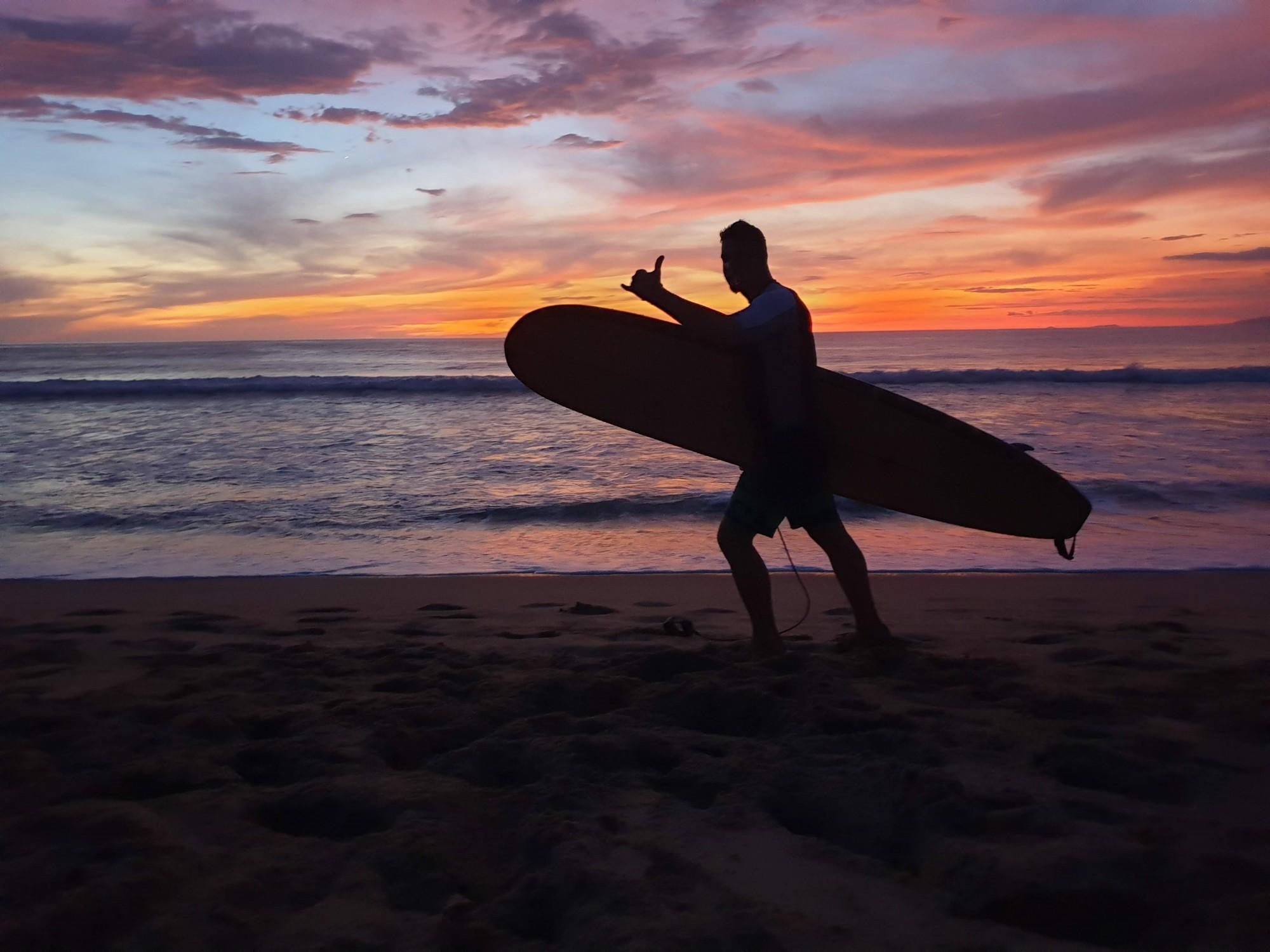 Grilovačka při západu slunce, co bude na večeři na Playa Langosta?