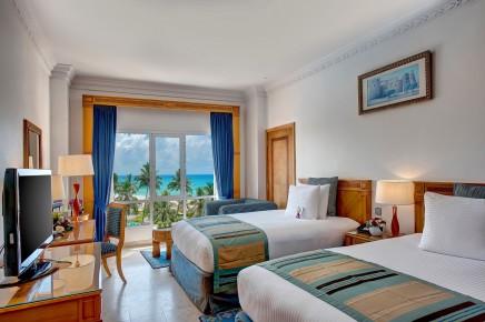 Pokoj se dvěma oddělenými postelemi s výhledem na oceán