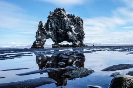 Známý skalní útvar Hvitserkur, který připomíná zkamenělého slona stojícího v mělkých vodách Húnafjörður.