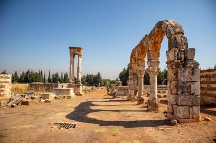 Anjar se svými ruinami patří mezi nejzajímavější libanonské místa. Leží jen pár kilometrů od hranic se Sýrií a tak není divu, že tu měl kalif své letní sídlo.