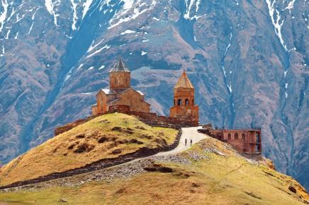 Klášter Tsminda Sameba ukrytý v kavkazských horách patří mezi nejznámější kláštery celé Gruzie