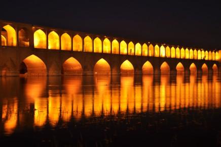 Noční atmosféra starobylého mostu v Širazu