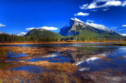 Průzračná jezera a zasněžené vrcholky