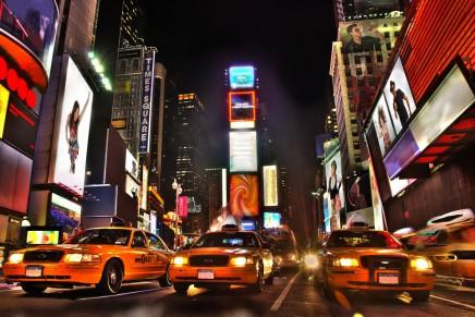 Večer v srdci Manhattanu se světelnými reklamami