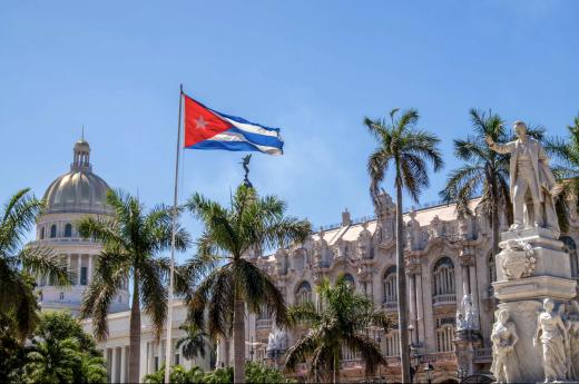 Gran Teatro s kubánskou vlajkou v popředí