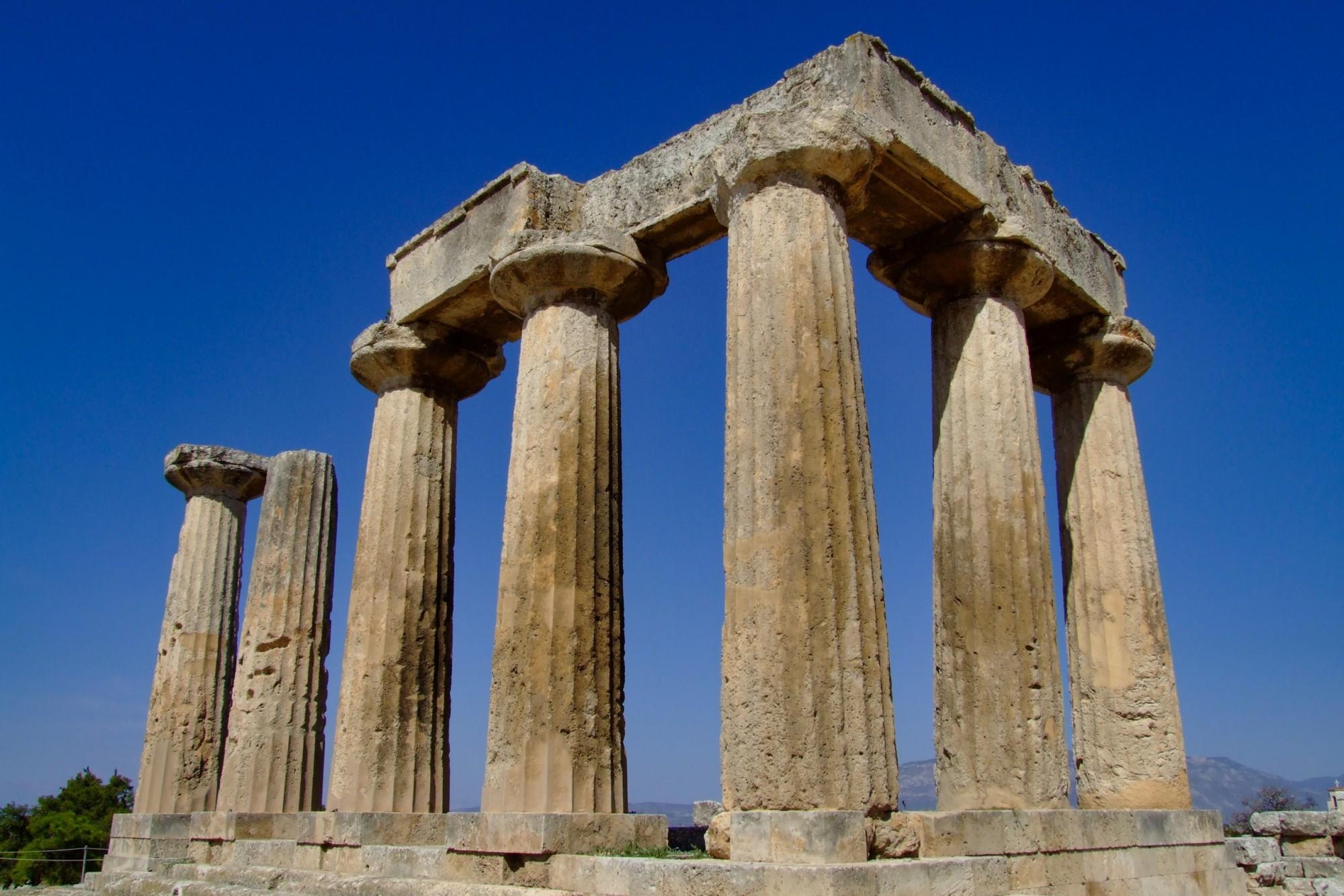 Slavný Apollónův chrám v Korintu leží jen pár kilometrů od dnešního průplavu.