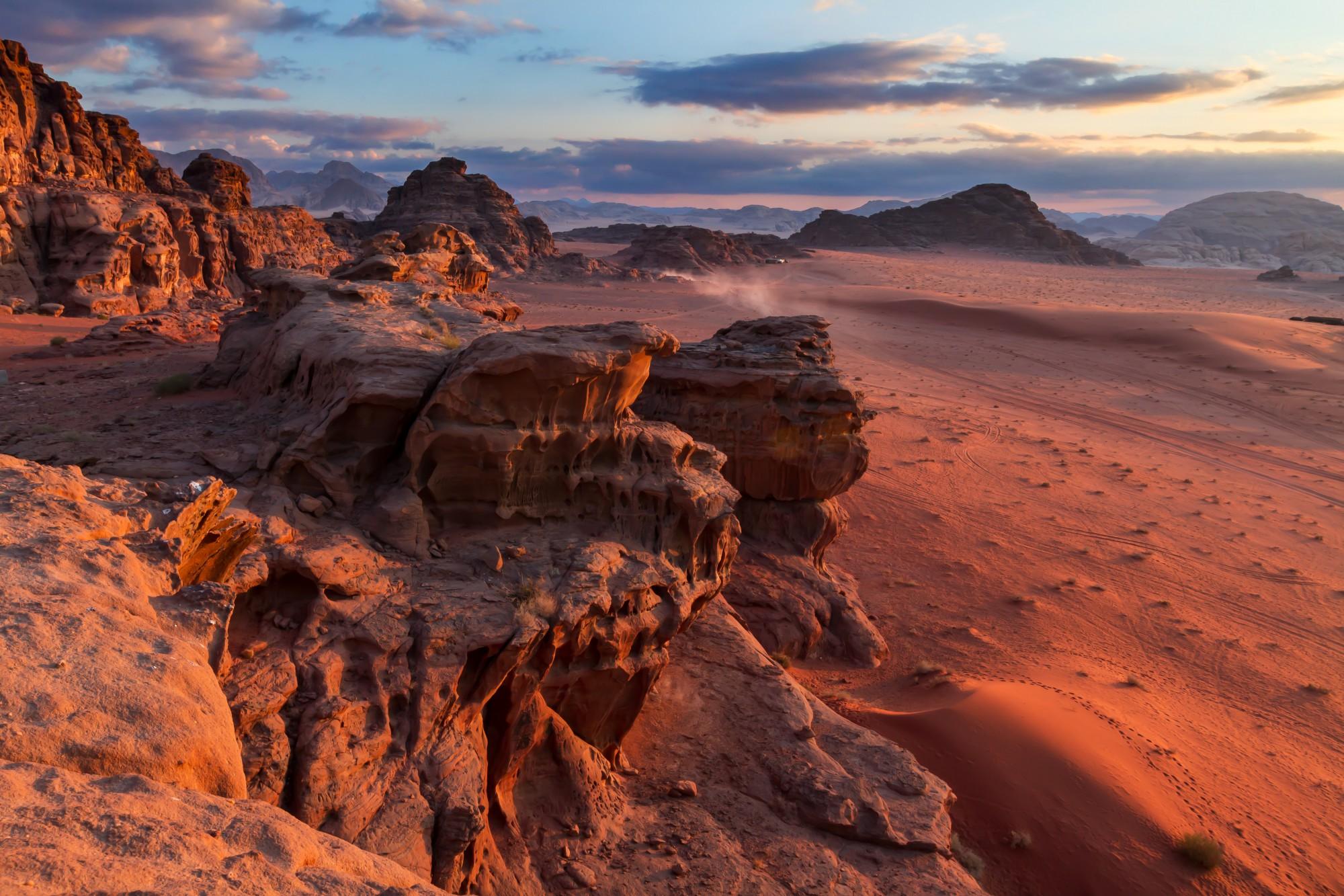 Poušť Wadi Rum září barvami