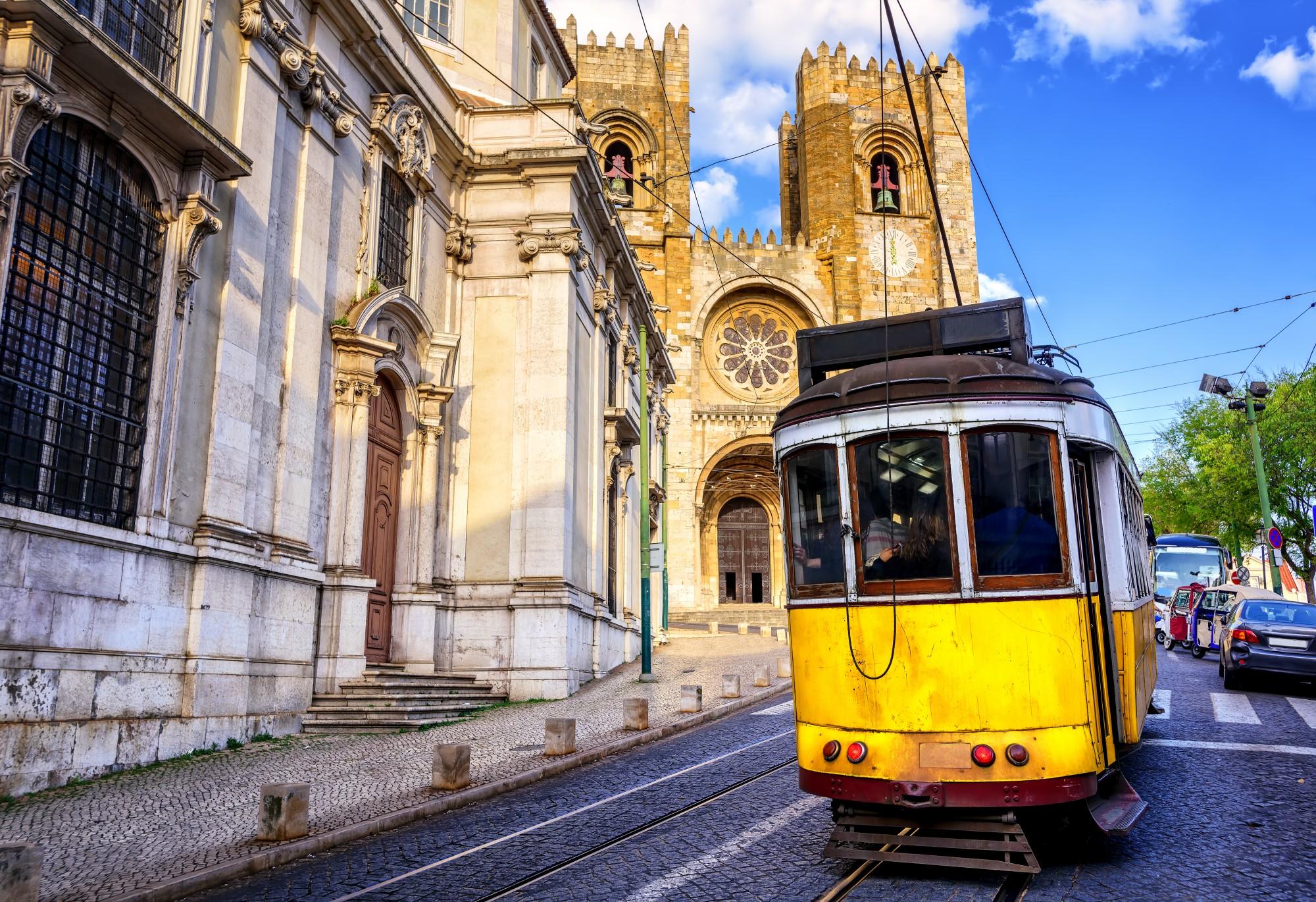 Ikonická žlutá tramvaj v Lisabonu