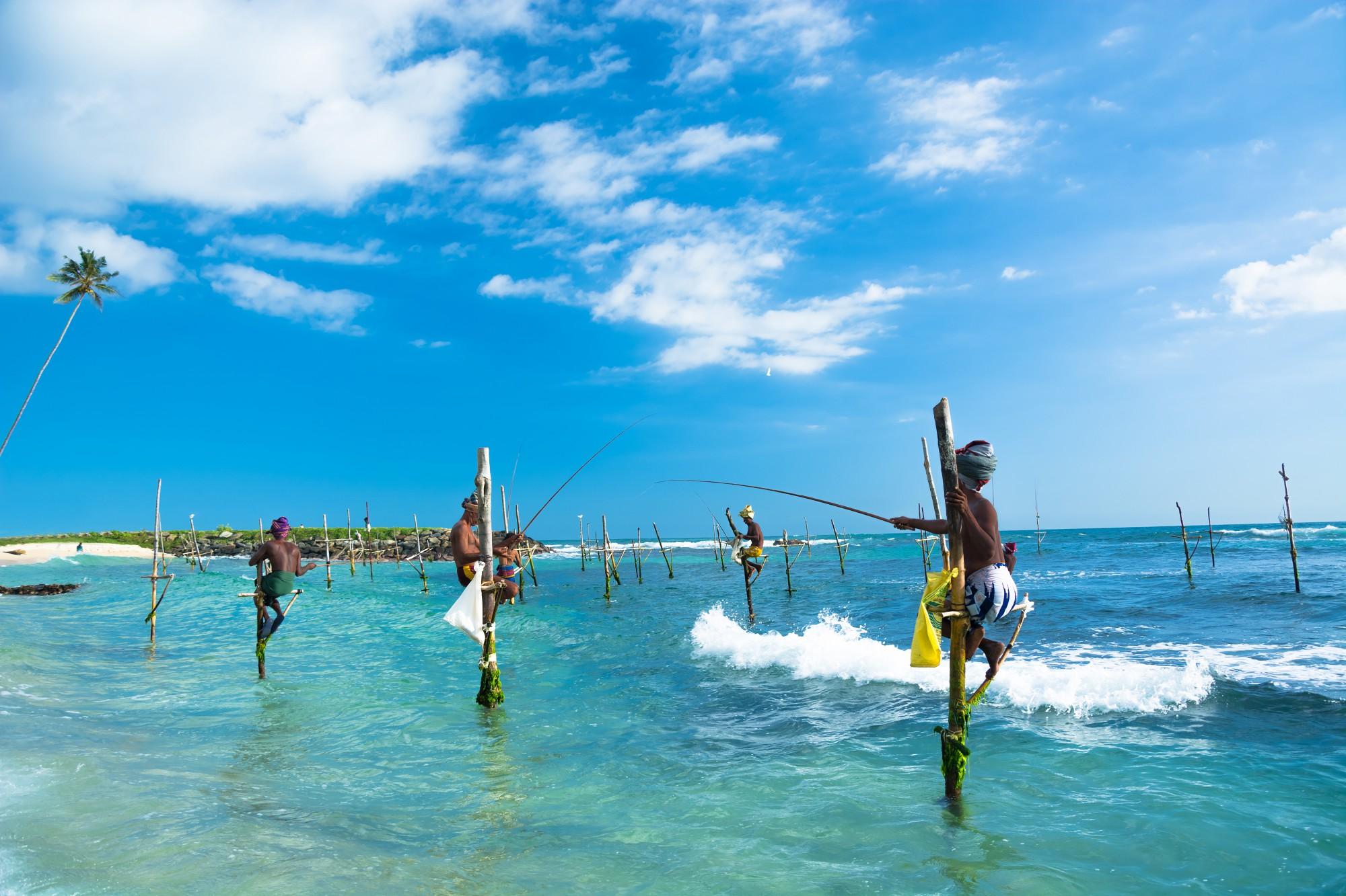 Rybáři na dřevěných kůlech jsou symbolem Srí Lanky